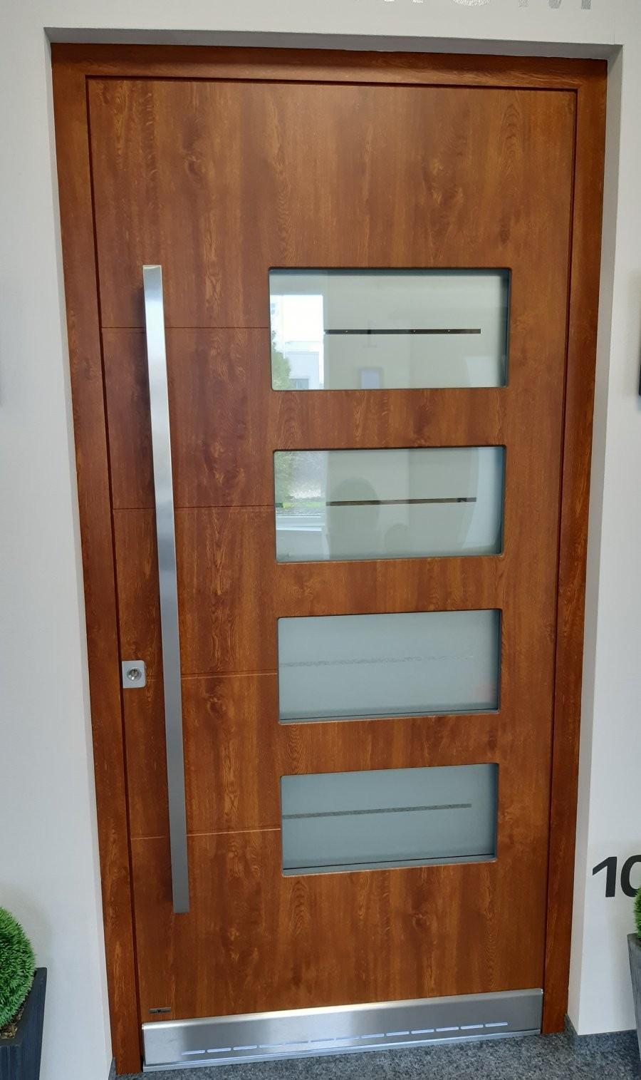 Türe mit 4 rechteckigen Lichtausschnitten, beidseitig flügelüberdeckend