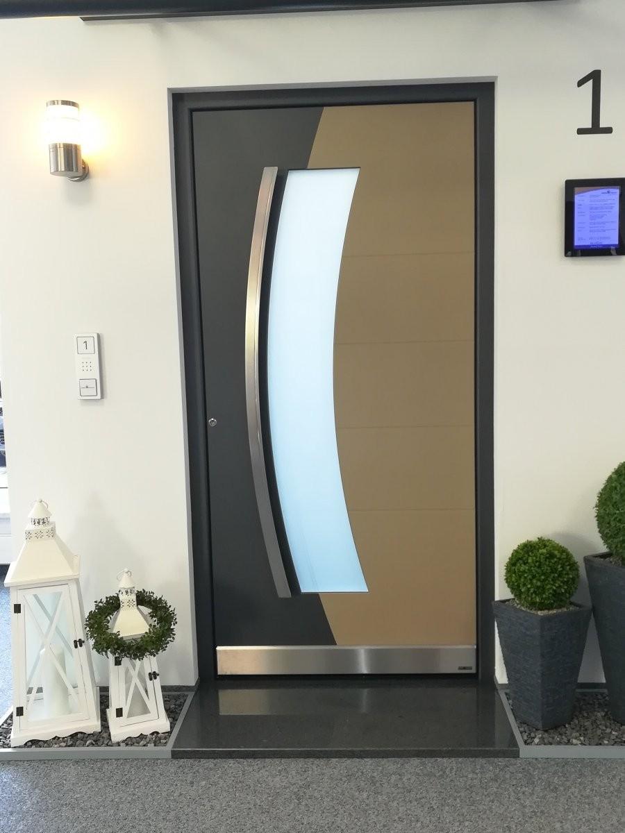 Türe mit bogenförmigen Lichtausschnitt, beidseitig flügelüberdeckend