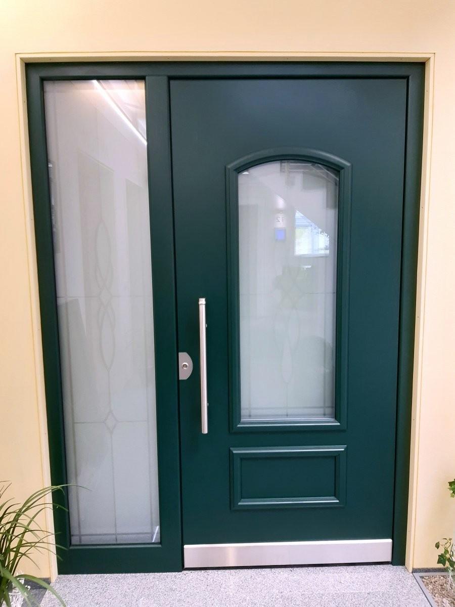 Türe mit segmentförmigen Lichtausschnitt, beidseitig flügelüberdeckend